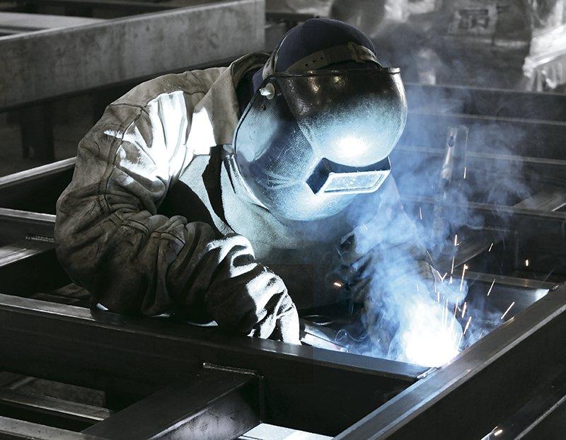 Soldagem de carreta cegonha na fábrica da Bercamp